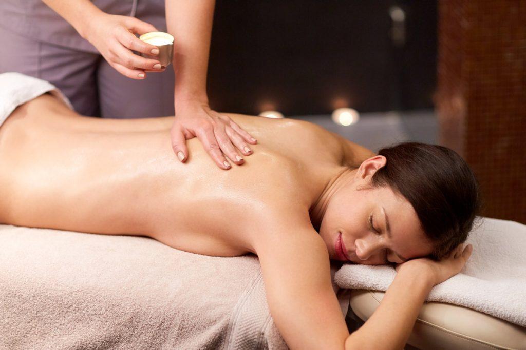 women getting oil massage
